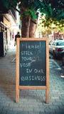 Um engraçado assina dentro a rua Fotografia de Stock Royalty Free
