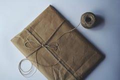 Um envelope de papel com uma corda imagens de stock