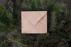 Um envelope na árvore fotos de stock