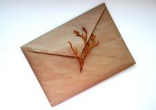 Um envelope no fundo branco imagens de stock