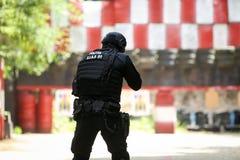 Um equivalente romeno de SIAS do GOLPE nos trens do agente da polícia dos E.U. em uma escala de tiro foto de stock royalty free