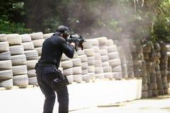 Um equivalente romeno de SIAS do GOLPE nos trens do agente da polícia dos E.U. em uma escala de tiro fotos de stock
