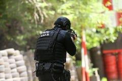 Um equivalente romeno de SIAS do GOLPE nos trens do agente da polícia dos E.U. em uma escala de tiro fotografia de stock