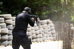 Um equivalente romeno de SIAS do GOLPE nos trens do agente da polícia dos E.U. em uma escala de tiro imagens de stock