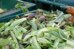 Um escaninho com desperdício com desperdício de alimento no mercado imagens de stock royalty free