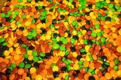 Um escaninho completamente de doces duros coloridos foto de stock