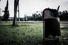 Um escaninho de lixo oxidado feito do zinco no parque Jakarta recolhido foto Indonésia da cidade Imagens de Stock Royalty Free