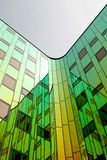 Um escritório-edifício moderno, equipado com a parede refletindo colorida Imagem de Stock Royalty Free
