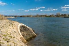Um esgoto oblíquo que flua no Rhine River em República Federal da Alemanha imagens de stock royalty free