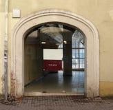 Um espaço vazio em uma casa velha com uma grande porta de vidro é alugado Fotografia de Stock Royalty Free