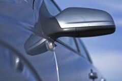 Um espelho do lado do carro em um fim acima Fotos de Stock