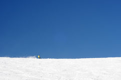 Um esqui da pessoa em inclinações vastas de alpes europeus. Fotografia de Stock Royalty Free