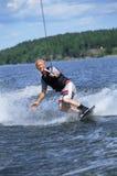 Um esqui de água do homem novo Fotos de Stock