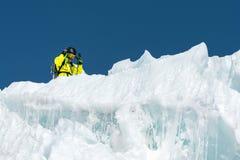 Um esquiador freerider no equipamento completo está em uma geleira no Cáucaso norte Esquiador que prepara-se antes de saltar do Imagens de Stock