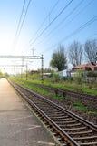 Um estação de caminhos-de-ferro vazio no luminoso foto de stock