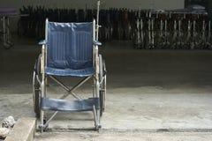 Um estacionamento da cadeira de rodas no hospital Fotografia de Stock Royalty Free