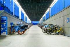 Um estacionamento novo da bicicleta com bicicletas alugado Fotos de Stock Royalty Free