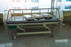 Um estacionamento paciente velho da cama no hospital fotografia de stock