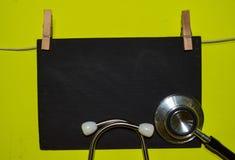 Um estetoscópio e um quadro-negro conceitos médicos, da saúde e da educação imagens de stock royalty free