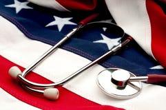 Um estetoscópio em uma bandeira americana Fotografia de Stock Royalty Free