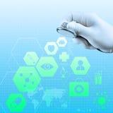 Um estetoscópio nas mãos mostra a relação médica do computador imagens de stock royalty free