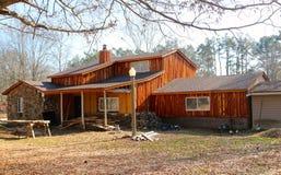 Um estilo do rancho do país de origem com o tapume de madeira rústico fotografia de stock royalty free