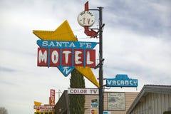Um estilo dos anos 50 de néon assina dentro o dia lê o ½ Santa Fe Motel do ¿ do ï com ½ do ¿ de TVï da cor em Tehachapi, Califórn Imagem de Stock Royalty Free