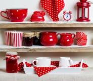Um estilo rústico Utensílios de mesa e kitchenware cerâmicos no vermelho no Fotos de Stock