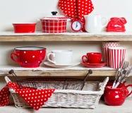 Um estilo rústico Utensílios de mesa e kitchenware cerâmicos no vermelho no Imagem de Stock Royalty Free