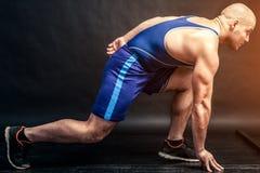 Um estiramento atlético novo do homem imagens de stock royalty free