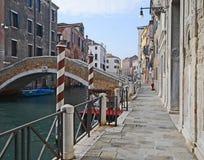 Um estiramento de um canal em Veneza com barcos e construções coloridas em um dia de inverno imagens de stock royalty free