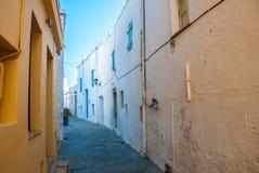 Um estreito tradicional pavimentou a rua na cidade da ilha de Kythera em Grécia Imagens de Stock Royalty Free