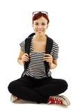 Um estudante fêmea de sorriso com um saco de escola Fotografia de Stock Royalty Free