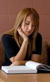 Um estudo fêmea do estudante universitário Imagem de Stock Royalty Free