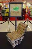 Um exemplo da cadeira feito fora da caixa reciclada da peteca e aberto pode Imagens de Stock