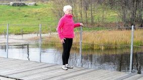 Um exercício da senhora idosa. filme