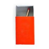 Um fósforo de madeira na caixa isolada sobre o fundo branco Fotos de Stock Royalty Free