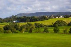 Um fairway do golfe e no curso do parkland nas ovas River Valley perto de Limavady em Irlanda do Norte com o Bie magnífico imagens de stock