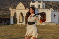 Um falcão moreno latino-americano bonito de Poses Outdoors With A do modelo na fazenda de A imagens de stock