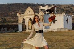 Um falcão moreno latino-americano bonito de Poses Outdoors With A do modelo na fazenda de A imagens de stock royalty free