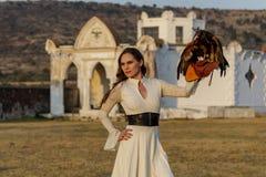 Um falcão moreno latino-americano bonito de Poses Outdoors With A do modelo na fazenda de A fotografia de stock