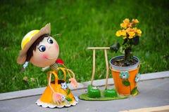Um fantoche surpreendente com a cara feliz no jardim com fundo verde no jardim Imagem de Stock Royalty Free