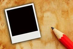 Um farme da foto no papel velho com lápis Imagens de Stock Royalty Free