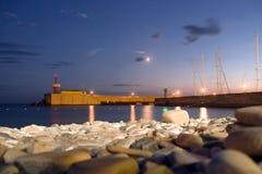 Um farol na noite, Sochi, Rússia Fotografia de Stock Royalty Free