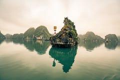 Um farol pequeno adverte barcos de pesca do perigo na baía longa do Ha imagens de stock royalty free