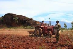 Um fazendeiro em um trator foto de stock royalty free