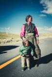 Um fazendeiro tibetano com sua criança Foto de Stock