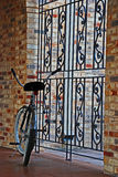 Um fechamento da bicicleta em uma porta do metal Imagens de Stock Royalty Free