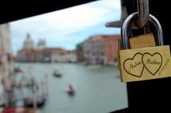 Um fechamento da memória em uma ponte em Veneza com uma opinião da cidade Foto de Stock Royalty Free