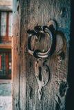 Um fechamento e um punho de uma porta de madeira medieval foto de stock